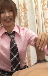 JK制服がよく似合う相崎琴音ちゃんが登場。今回はWフェラに挑戦。男優を顔騎責めから、バキューム、手コキでザーメンゲット!