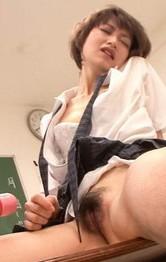 ショートカットが良く似合う美少女原明奈ちゃん。机の上に座らせられ電マ責め。感じまくる明奈に連続のザーメンぶっかけ!