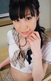 キュートな水玉レモンちゃんがJK制服姿でパンティを見せつけてくれます。ご奉仕はバキュームフェラで精子を抜き取ります!
