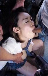 爆乳女子校生沙月由奈ちゃんが乗り込んだのは痴漢バス。卑劣な猥褻行為が車内で繰り広げられ、誰も助けてはくれない。
